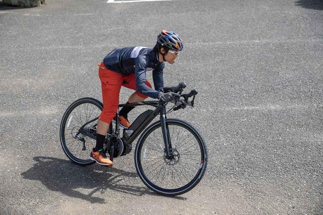 画像: 踏み出しの気持ちよさ、コーナリングでの安定性や操作性は、ロードバイクならではの走行感。