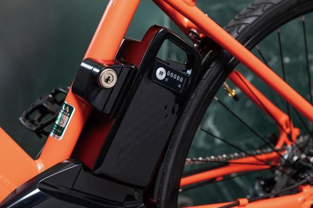 画像: 小型バッテリーをシートポストの背面に設置。過充電を防ぐ充電方式を採用。