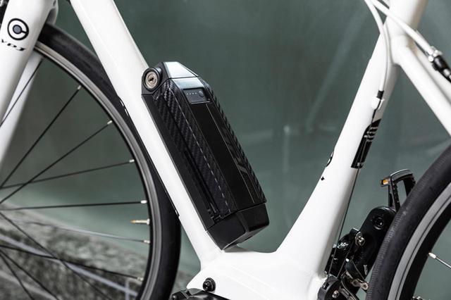 画像: スタイリッシュな小型バッテリー。モバイルバッテリーとしても活用できる。