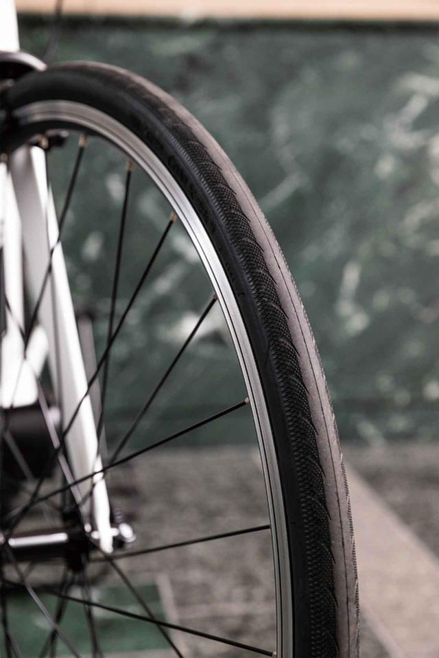 画像: タイヤは快適性を約束するオンロード走行に適した28Cサイズ。