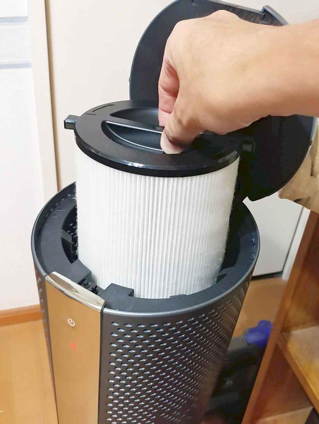 画像: フィルター交換は天面パネルを開けるだけと簡単! 空気清浄能力は、9畳を約30分。フィルター交換時期は約9ヵ月(1日8時間使用した場合)で、価格は4980円(税別)。