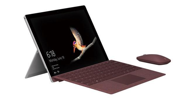 画像: Surfaceシリーズ最軽量となる重量522グラムを実現したデタッチャブル2in1端末。CPUには1.6Gヘルツ駆動のPentium Gold 4415Yを備えるほか、メモリーは8Gバイト、ストレージは128GバイトのSSDとモバイルマシンとしては十分なスペックを備える。サイズは幅245ミリ×高さ175ミリ×奥行き8.3ミリ。同じデザインで、4Gバイトメモリー、64GバイトのeMMCを搭載した下位モデル(実売価格例:6万9980円)も用意されている。 ※写真のキーボードとマウスは別売品です。