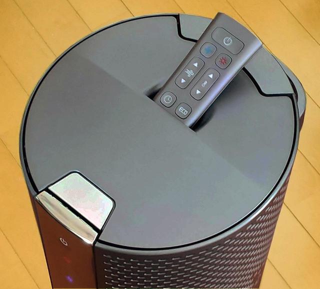 画像: 付属のリモコンはとてもコンパクトで、天面に収納可能。就寝時など、暗い場所でも使いやすくする工夫が欲しいところ。