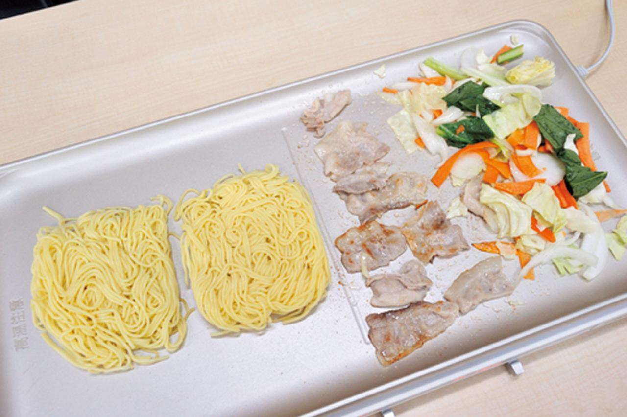 画像: 右側を180℃、左側を230℃と、食材に合わせた温度設定をして焼きそば作り。