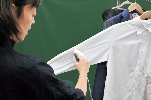 画像: シャツを引っ張りながら、かけ面を当てると、シワが伸びやすい。