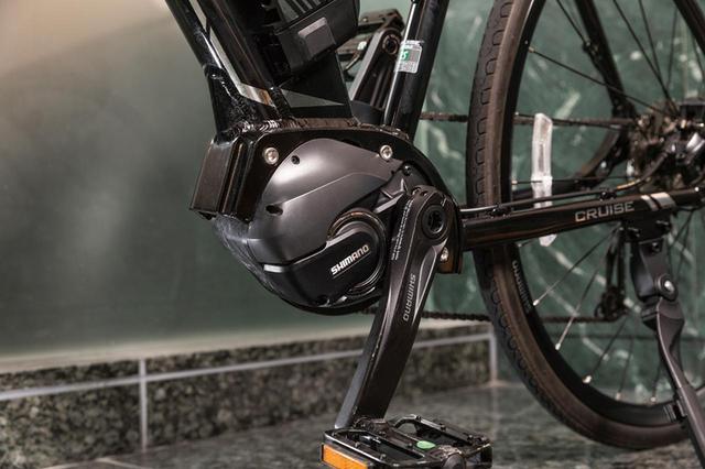 画像: シマノが開発した電動アシストコンポーネント「STEPS E8080」を、国内モデルとして初めて搭載。軽量でコンパクトな設計のため、通常のバイクから乗り替えてもペダリングの違和感が少ない。