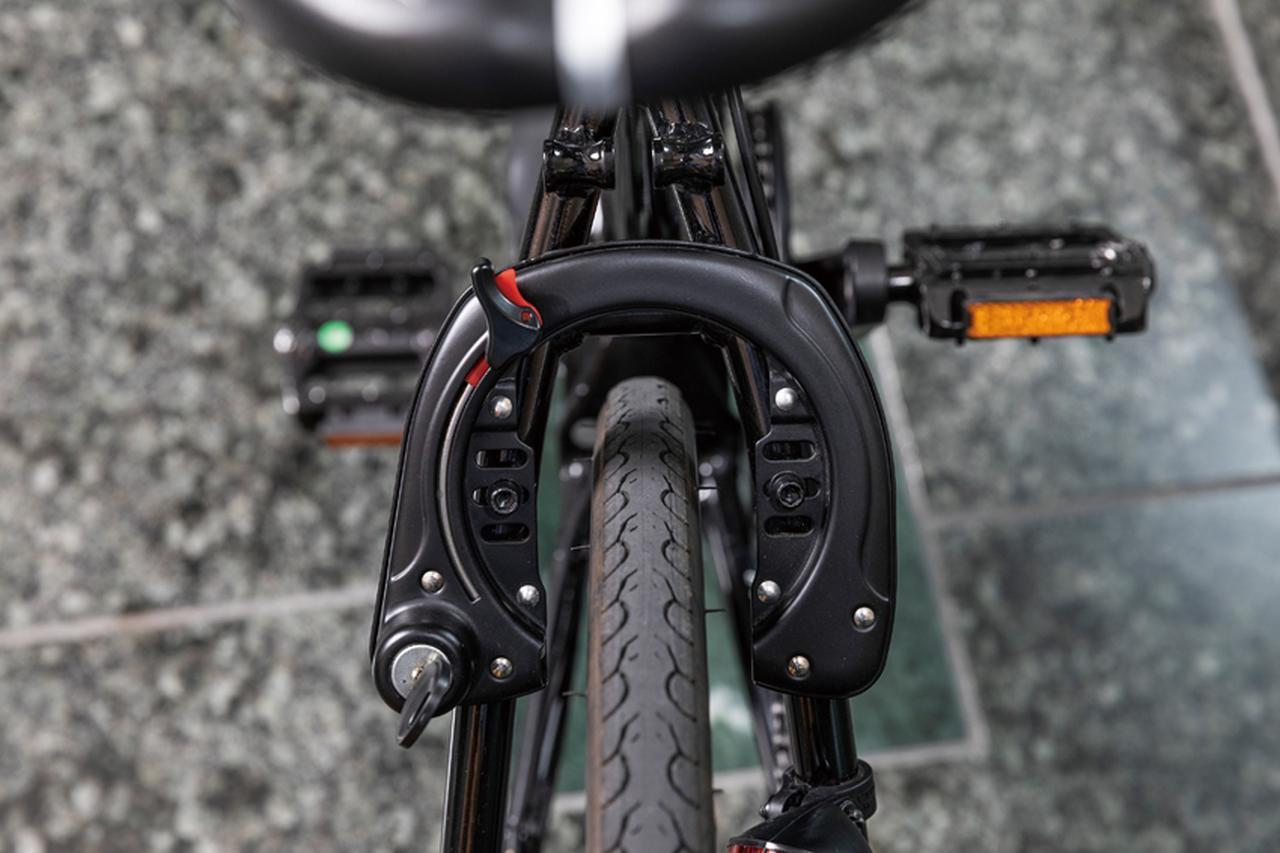 画像: スポーツタイプのバイクとしては珍しくサークル錠を採用。バッテリーと共通のキーを使うことで、日常的な使い勝手のよさを図っている。そのほか、ヘッドランプも駆動用バッテリーから供給される。
