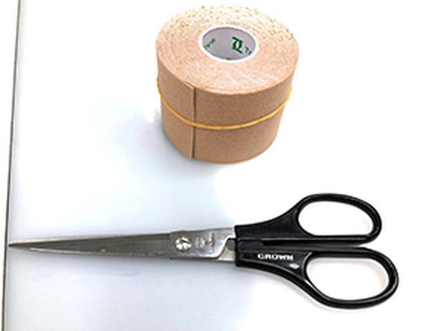 画像: 伸縮性のあるテープとハサミを用意!
