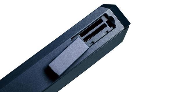 画像: カードスロット microSDスロットは2基。内蔵メモリー含め最大832Gバイトの大容量。