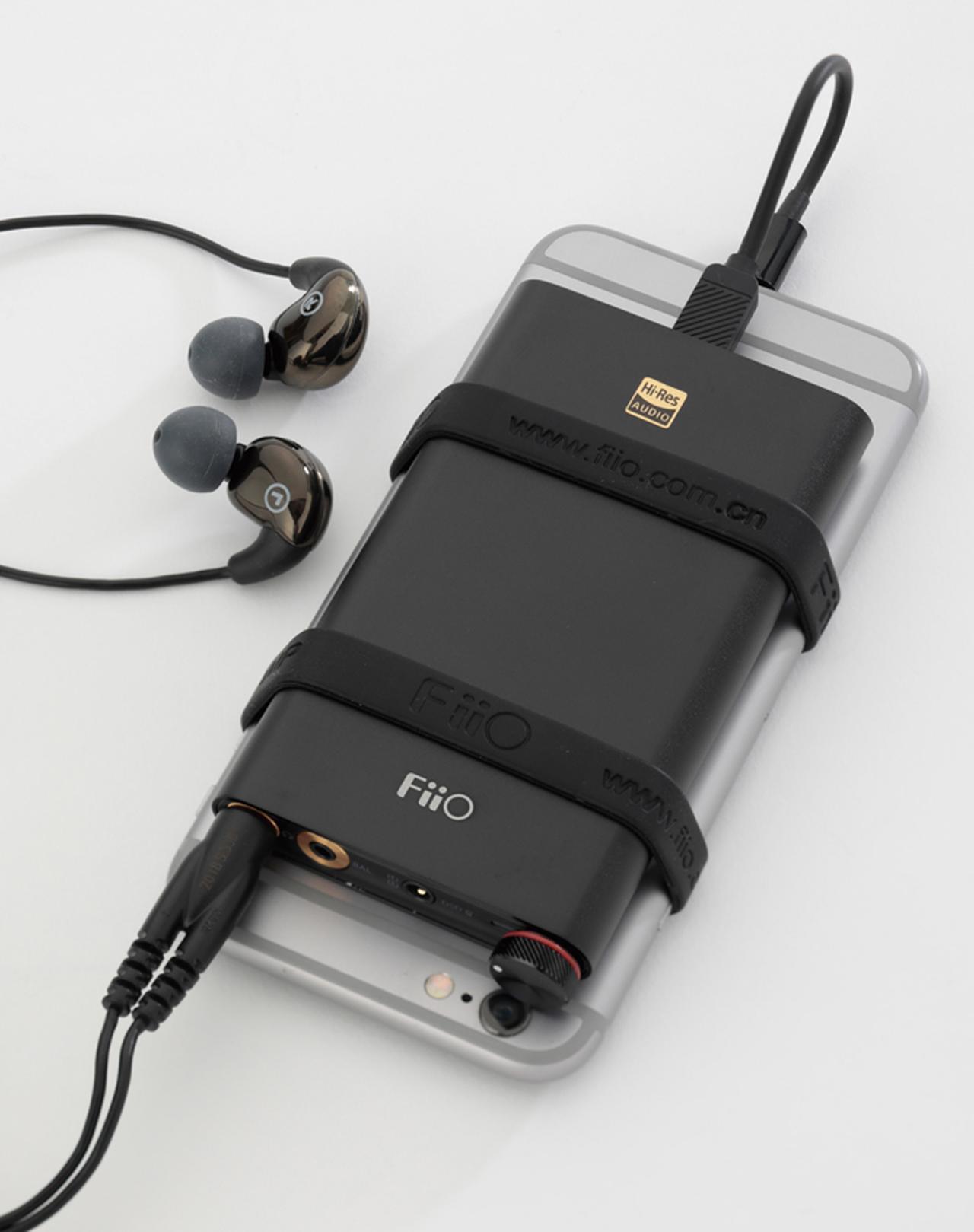 画像: ポタアンの持ち運びがしやすいよう、Q1 Mark IIのようにスマホとまとめる専用バンドが付属する製品もある。本機は、バランス接続(2.5ミリ)にも対応。