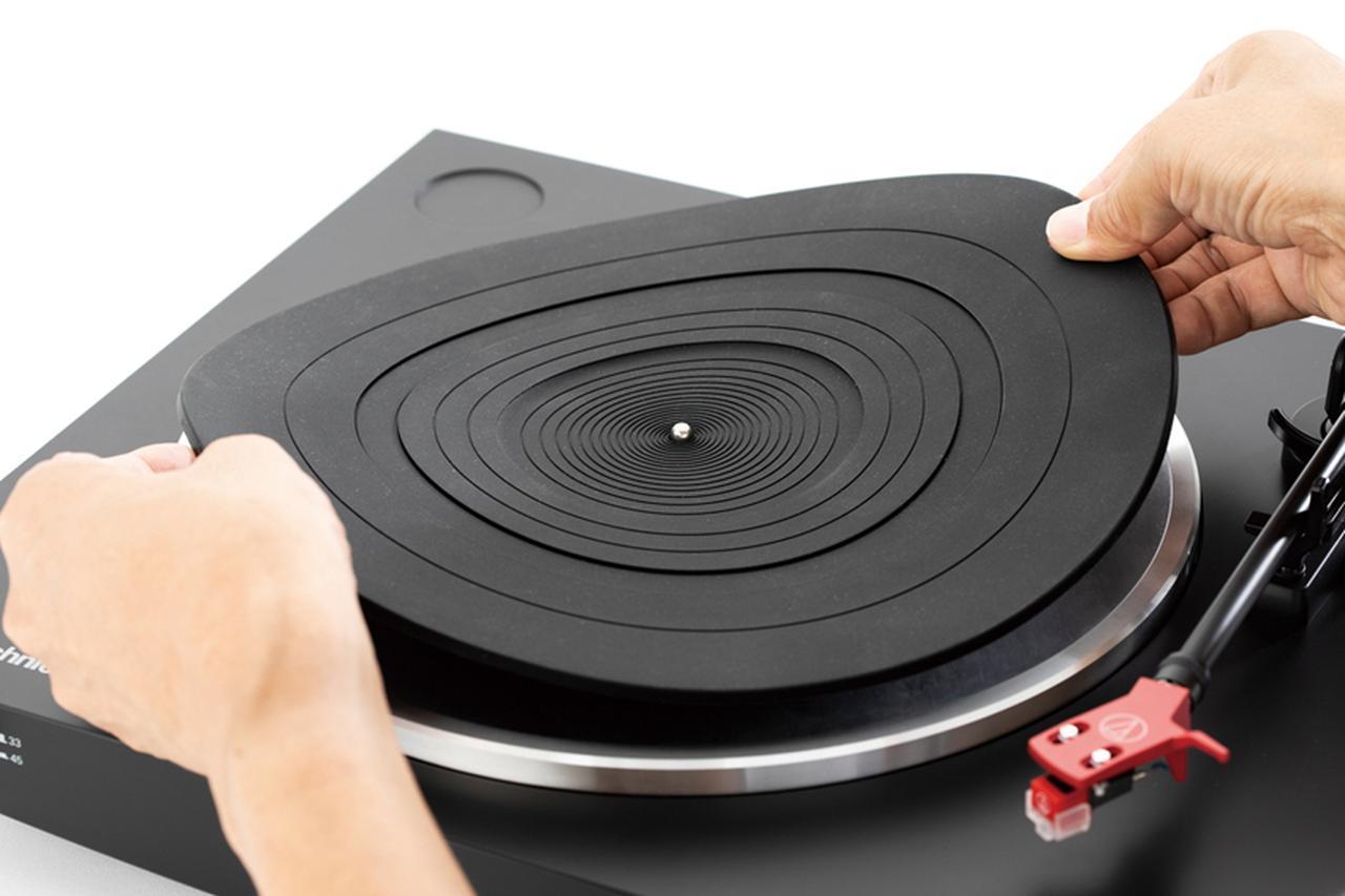 画像: レコードの水平を保つため、マットとターンテーブルの間にゴミなどがないことを確認しながら、付属のマットを置く。