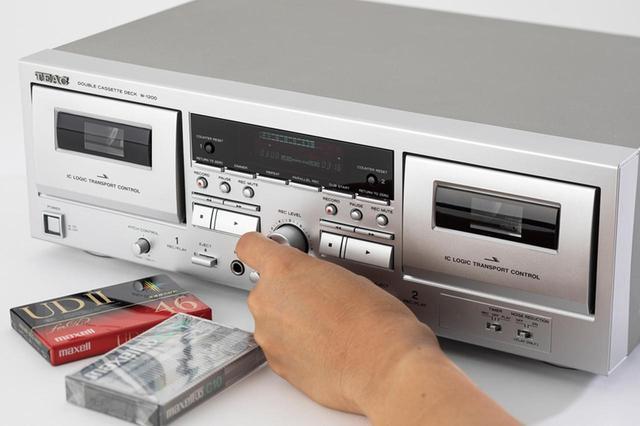 画像: ラジオをエアチェックしたり、レコードやCDなどを録音したりできるのがカセットテープの最大の魅力。ダブルカセット仕様のラジカセやデッキであれば、テープどうしのダビングも簡単だ。