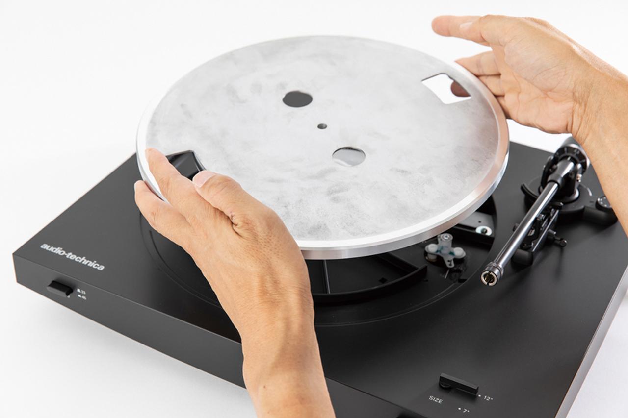 画像: プレーヤーを水平でしっかりした台に置き、ターンテーブルをセンタースピンドル(回転軸)に取り付ける(乗せる)。