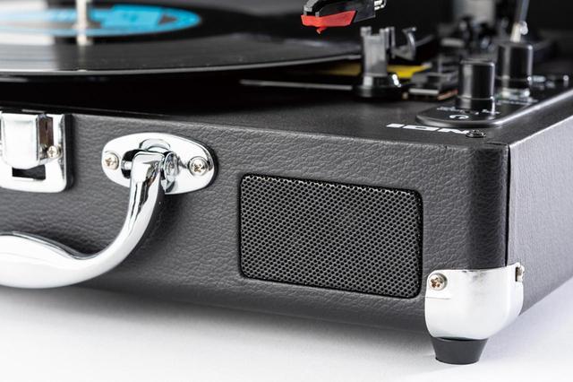 画像: ステレオアンプ/スピーカーを装備。バッテリー内蔵なので、これ単体でキャンプなどのアウトドアでもレコードが聴ける。