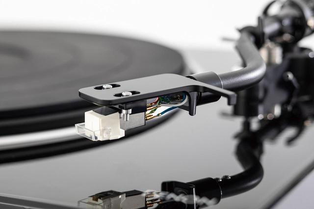 画像: 高音質、高出力のMMカートリッジが付属し、すぐにレコードが聴ける。MCカートリッジをはじめ、ほかのカートリッジに交換することも可能。