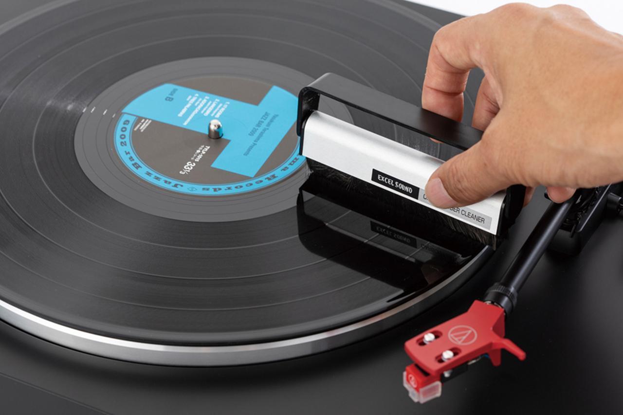画像: ターンテーブルを回転させ、パチパチ音の原因となるホコリを、ブラシやフェルトタイプのクリーナーで掃除する。