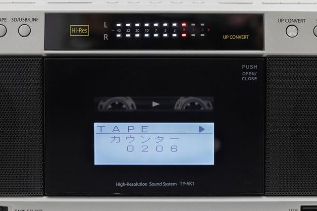 画像: 本体正面上部にはLEDのレベルメーターを装備。カセットのドア部には液晶パネルが装備され、テープカウンターや再生ソースなどを表示。
