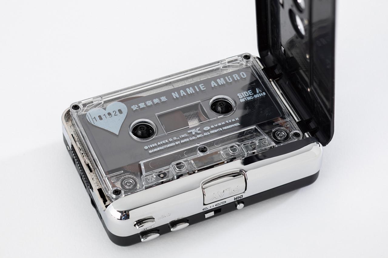 画像: 録音ソースとなるカセットを入れる。電源は乾電池のほか、USB給電にも対応。