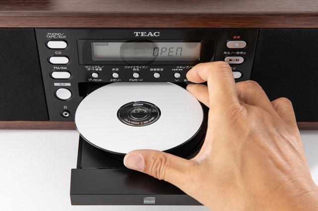 画像: CDドライブのトレーを開き、未使用のCD-Rをセットして、トレーを閉じる。