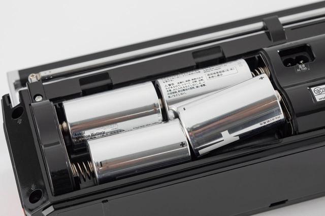 画像: 往年のラジカセと同様に、単1電池4本でワイヤレス駆動が可能。カセットの再生なら約50時間、ラジオの再生なら約90時間駆動できる。