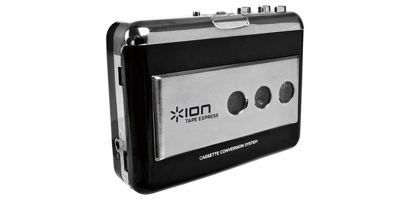 画像: 往年の、ウオーキングステレオを彷彿とさせるポータブルカセット。単3乾電池2本で作動。USBを装備しており、パソコンに接続すればカセットのデジタル化が可能。録音やトラック分割ができるアプリが付属する。