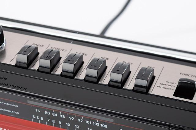 画像: 本体上面のカセットの操作系は、当時と同じ「ガシャン」と押すタイプ。録音を押すと再生も下がるなど、昔懐かしいスタイルである。