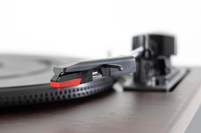 画像: LP盤、EP盤を再生できるMMカートリッジが付属。MMカートリッジ対応のフォノイコライザーも搭載しているので、すぐにレコードが聴ける。