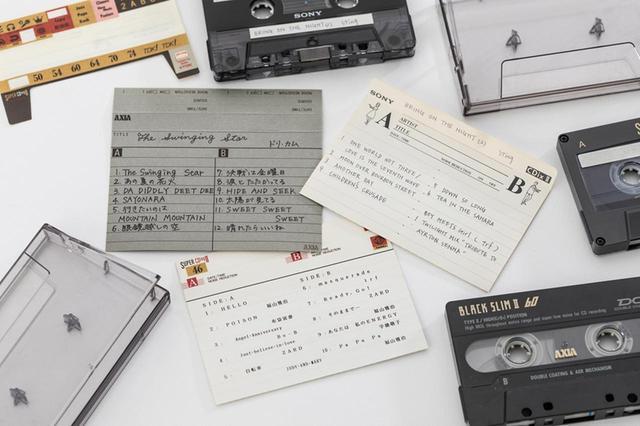 画像: 収録した曲をインデックスカードに書き込むのがカセットテープの醍醐味。書き込み方に人それぞれの個性が出るので、自分だけの1本に仕上げた気分になれるのがアナログの魅力。