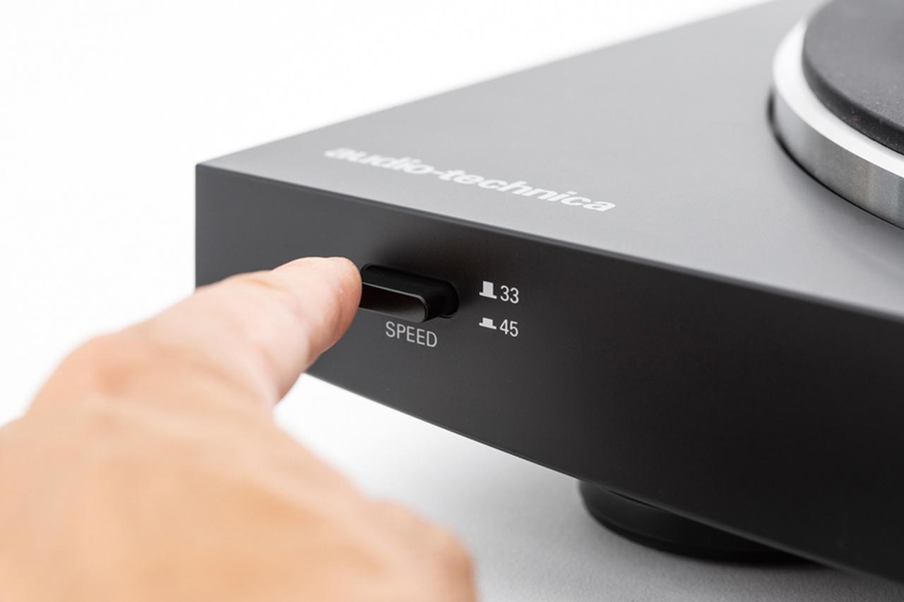 画像: ボタンやダイヤルで、回転数を選ぶ。原則としてLPは33と1/3回転、EPは45回転、SPは78回転となっている。