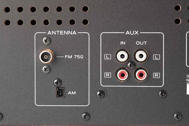 画像: 既存のオーディオアンプやコンポシステムに組み込むためのLINE OUT端子に加え、LINE IN端子も装備。外部機器の音源もCD化できる。