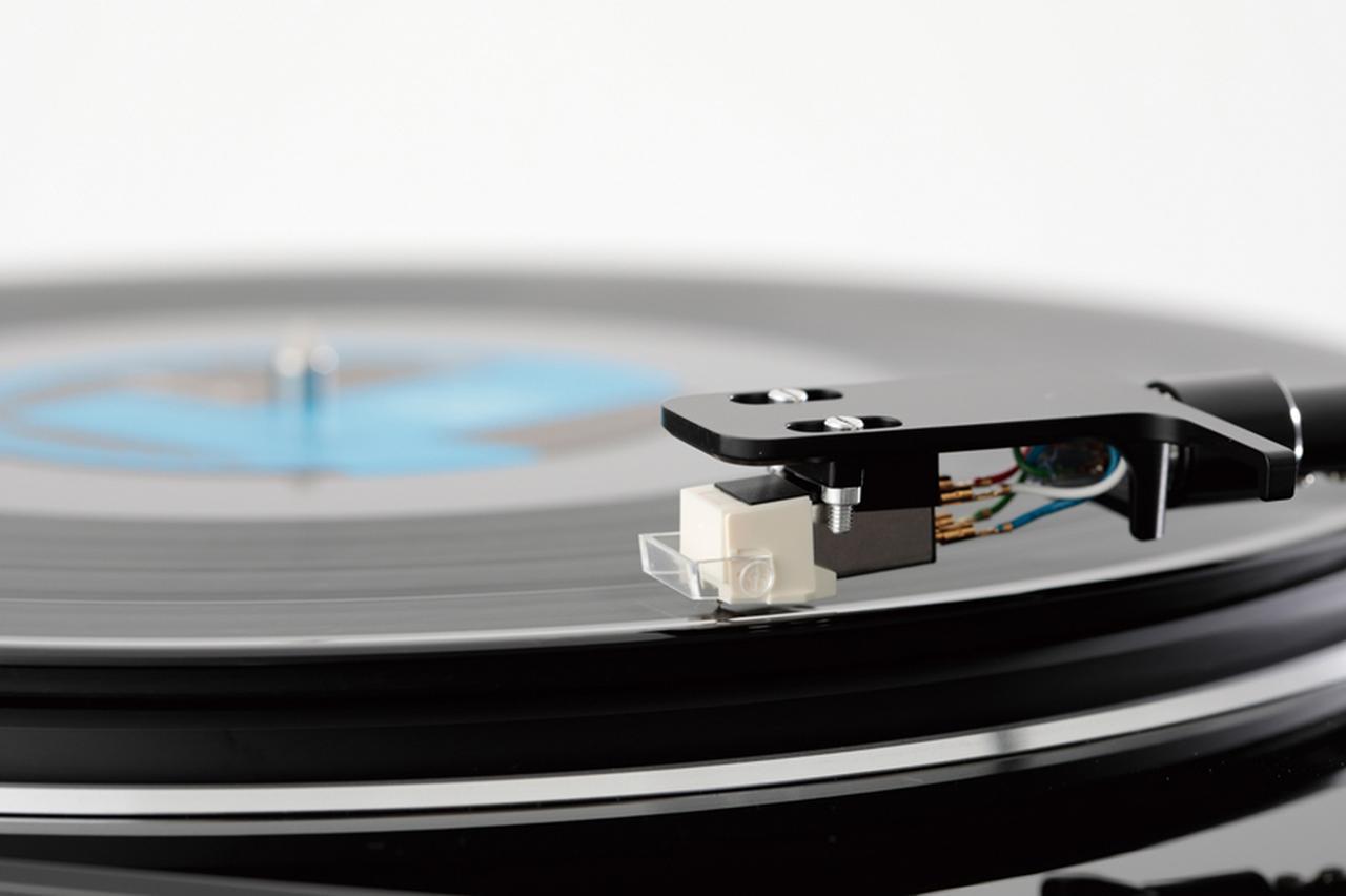 画像: 回転数を合わせ、レコード外周の1曲めの無音部分に針を落とす。