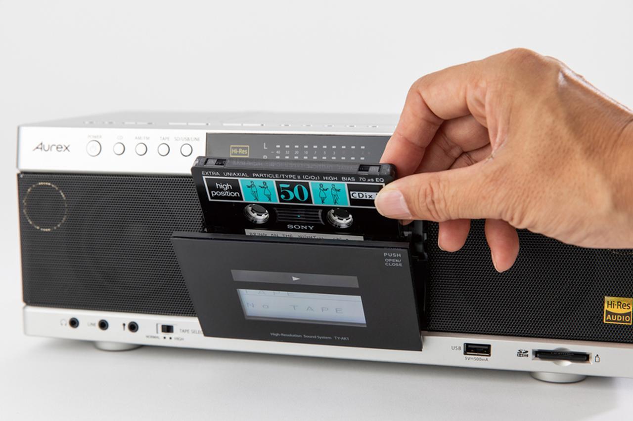 画像: リーダーテープを巻き取って、録音準備ができたカセットを入れる。