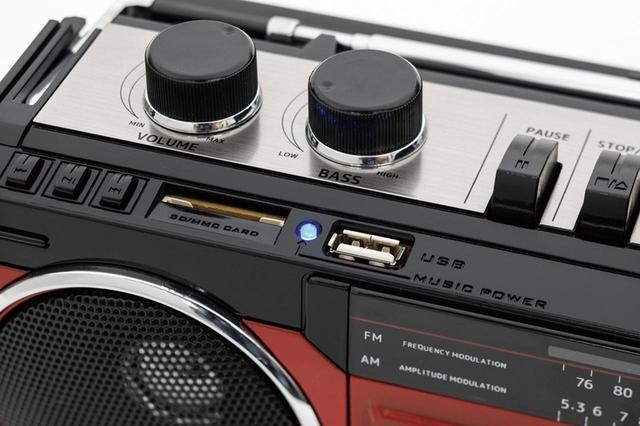 画像: 本体天面にUSB端子とSDカードスロットを装備。USBメモリーやSDカードに保存したMP3音声を再生することができる。