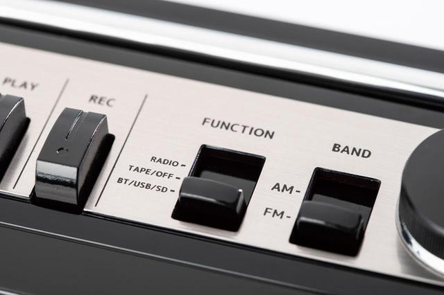 画像: ブルートゥースを搭載しており、スマホなどと連係可能。セレクターを「BT/USB/SD」にし、スマホで本機を見つけてペアリング完了となる。