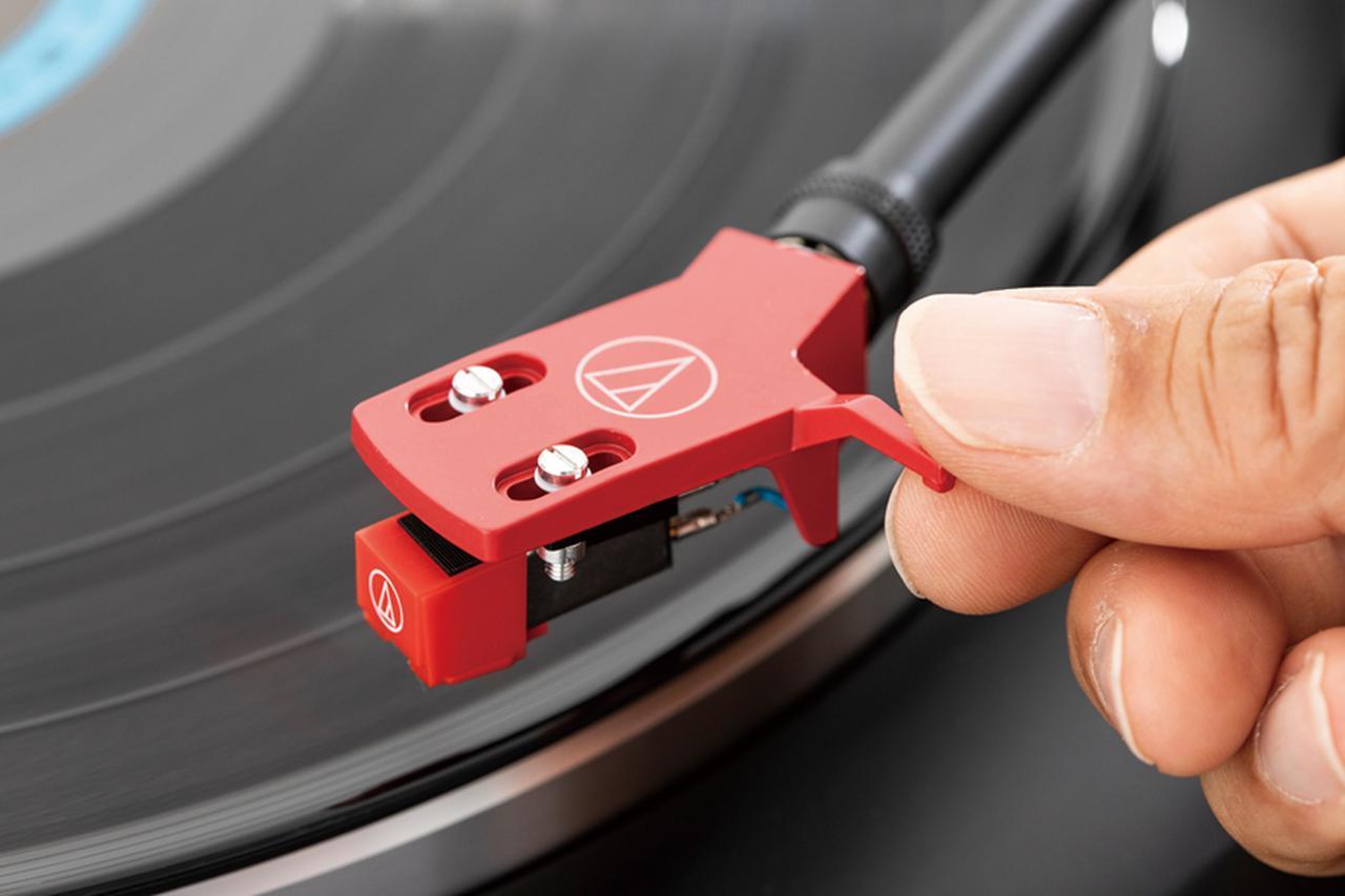 画像: 1曲めの手前、レコード外周の無音部(溝が浅く、光っている部分)に針を移動させ、リフターを下げて針を下ろす。