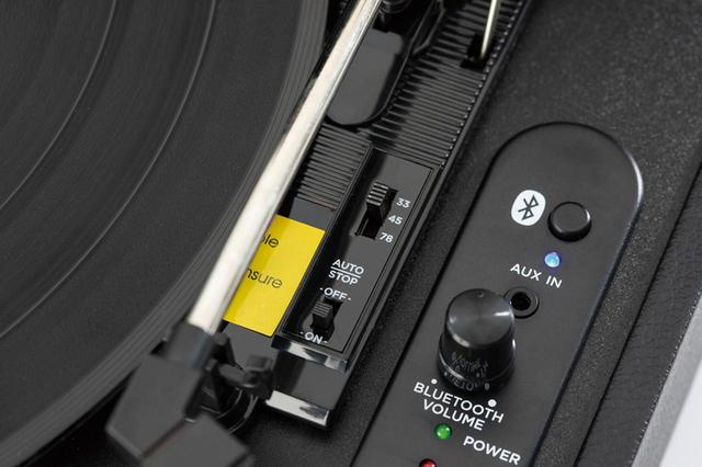 画像: ブルートゥーススピーカーに音声信号を飛ばす送信機能を装備。家の中でもケーブルをはわせることなく、いい音でレコードを楽しめる。