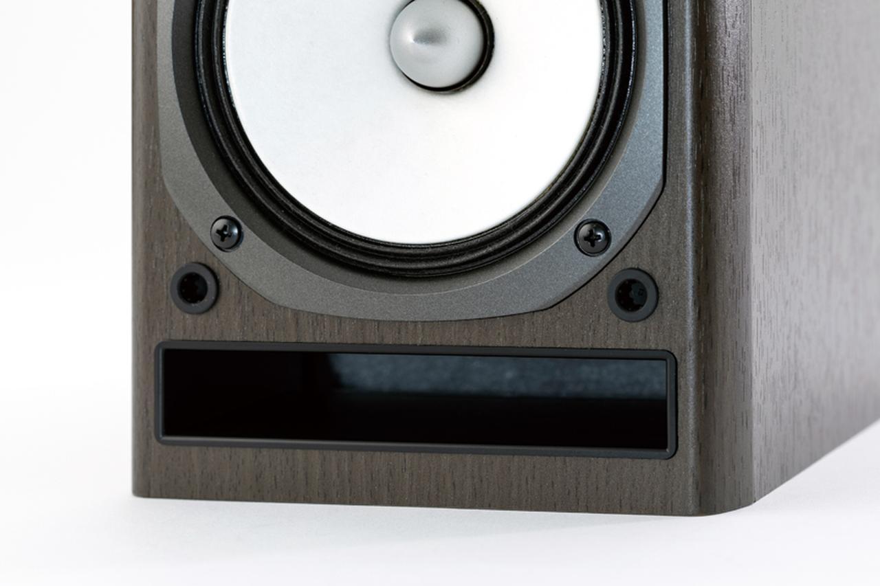 画像: スピーカーは2ウエイ構成のバスレフ型。独自のスリット型ダクトを採用し、豊かな低音再生を可能にしている。
