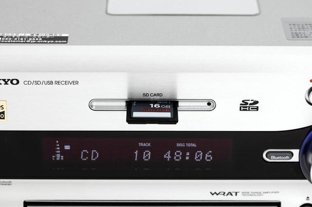 画像: SDカードスロットを搭載。SDカードやUSBメモリーを使えば、CDやラジオの録音も可能。最近の製品では、録音機能の搭載は珍しい。