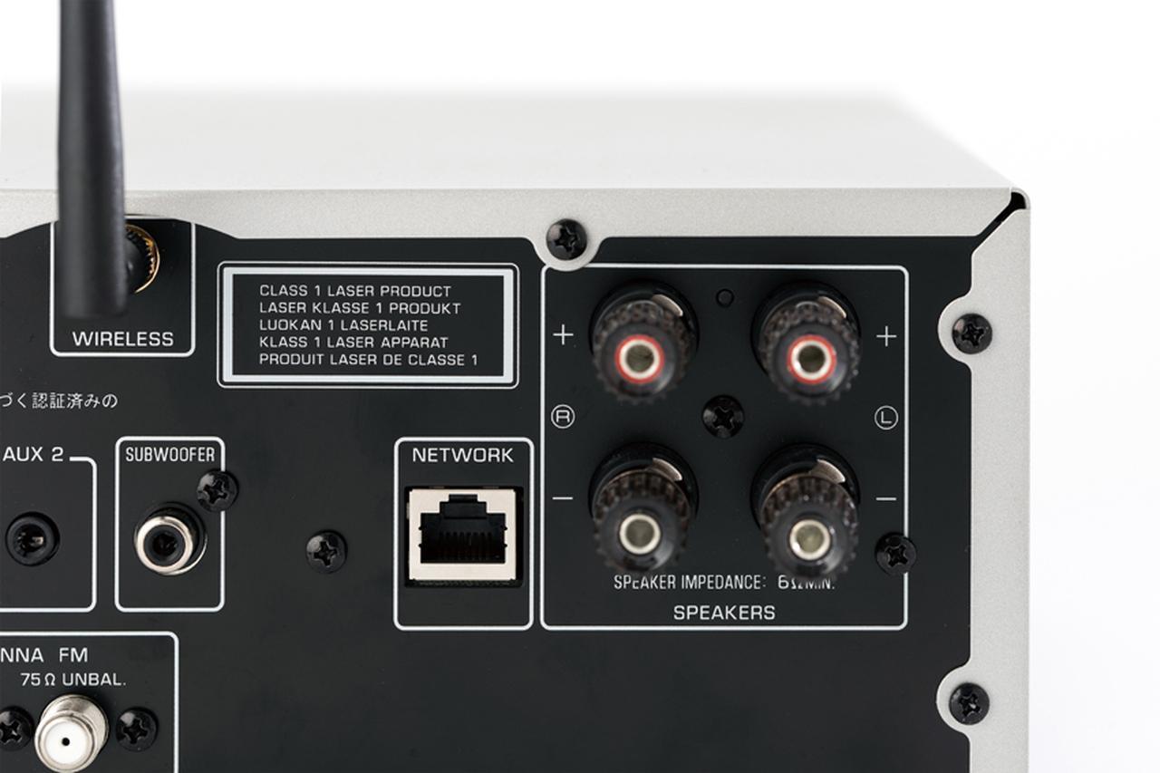 画像: スピーカー端子はバナナプラグ対応の本格的なもの。ネットワーク端子やWi-Fiアンテナも装備する。