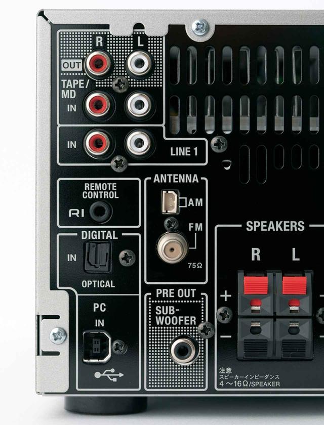 画像: 背面の入力端子は、テープ入出力や光デジタル音声入力も装備している。ただし、ネットワーク機能は持たない。