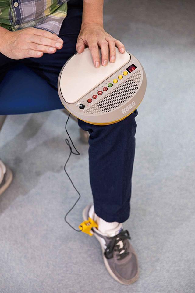 画像: スニーカーにセンサークリップを挟み、手で叩く音に加えてステップのリズムを刻む。