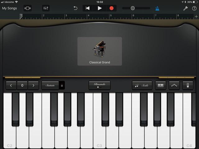 画像: 鍵盤楽器のシミュレート画面。グランドピアノからシンセサイザーまで、あらゆる楽器の音色を再現する。コードを選択するだけのオートプレーも楽しめる。