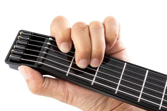 画像: フレット間を押さえると、指の位置を赤外線センサーが感知して、単音やコードを奏でる。短い5フレットだが、オクターブチェンジも可能。