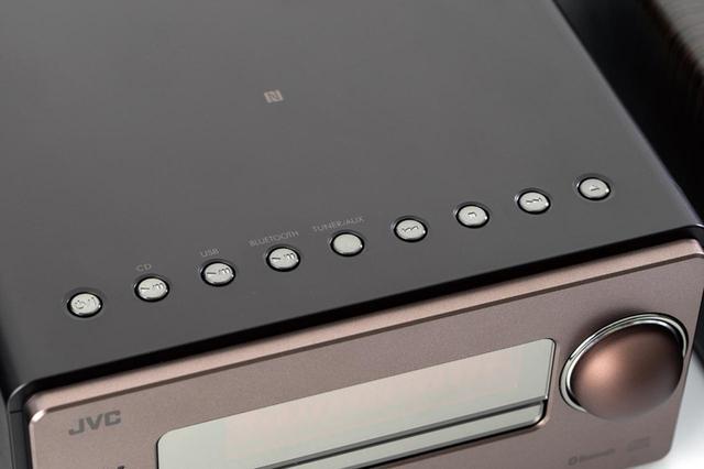画像: 操作ボタンは天面に配置。ラウンド仕上げなど、質感の高い作りだ。NFCは、天面の中央部にある。
