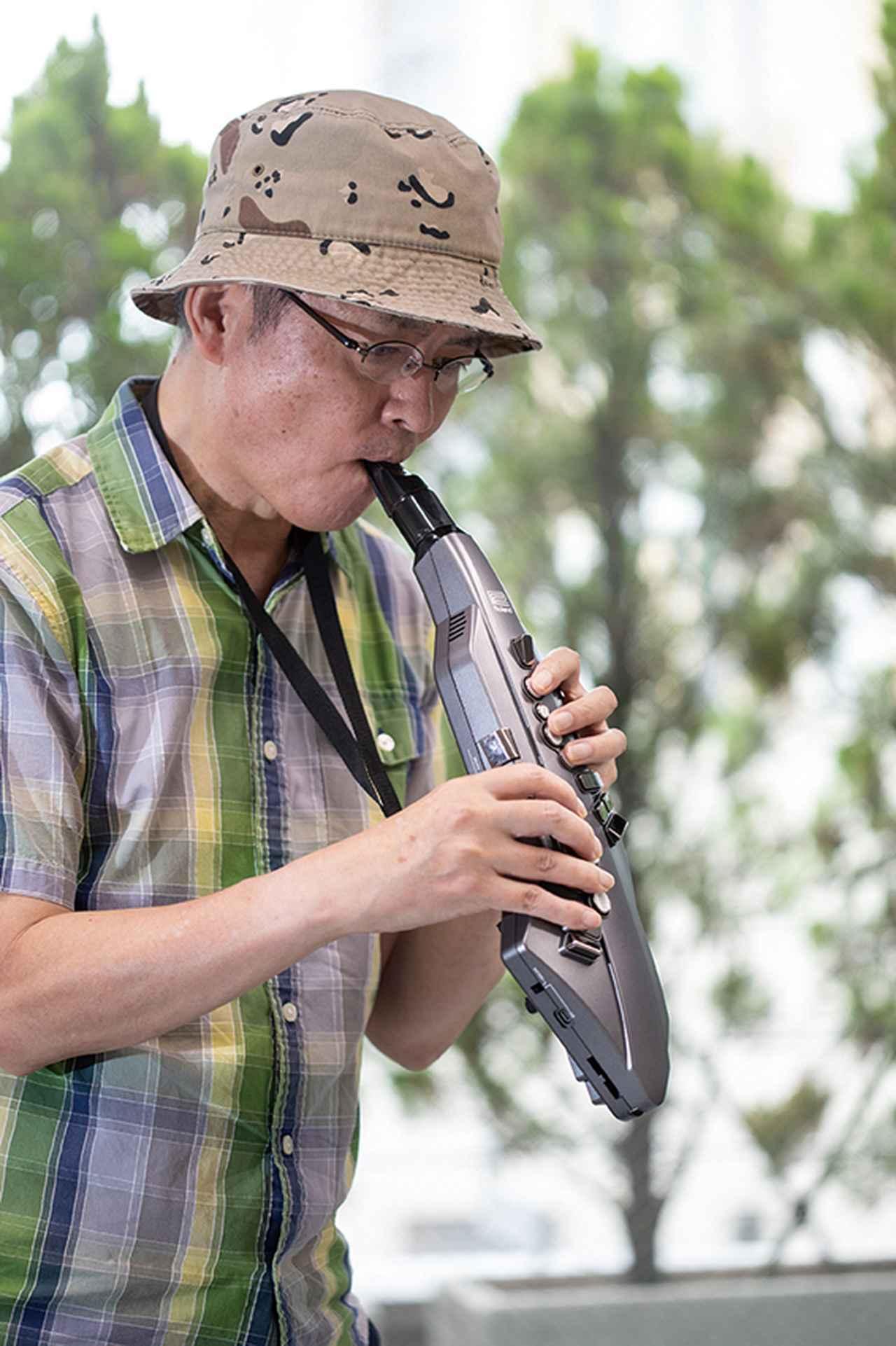 画像: 軽く持てて演奏中の負担も軽い。リバーブをかけて、一人フリージャズ無間に陥るもよし。