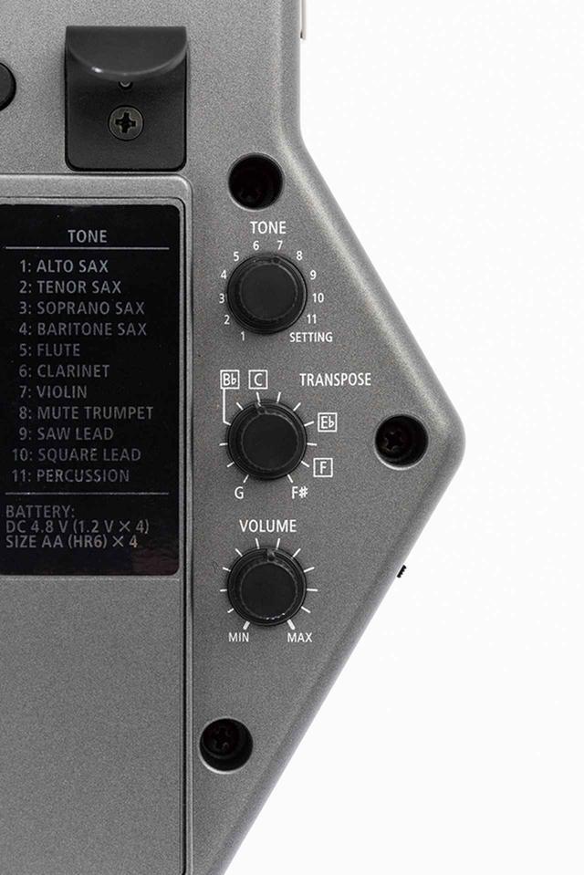画像: 上は11種の楽器音が選べるトーンつまみ。真ん中が移調つまみで、曲や相手の楽器に合わせてキーが選べる。アルトサックスの標準キーはB♭。