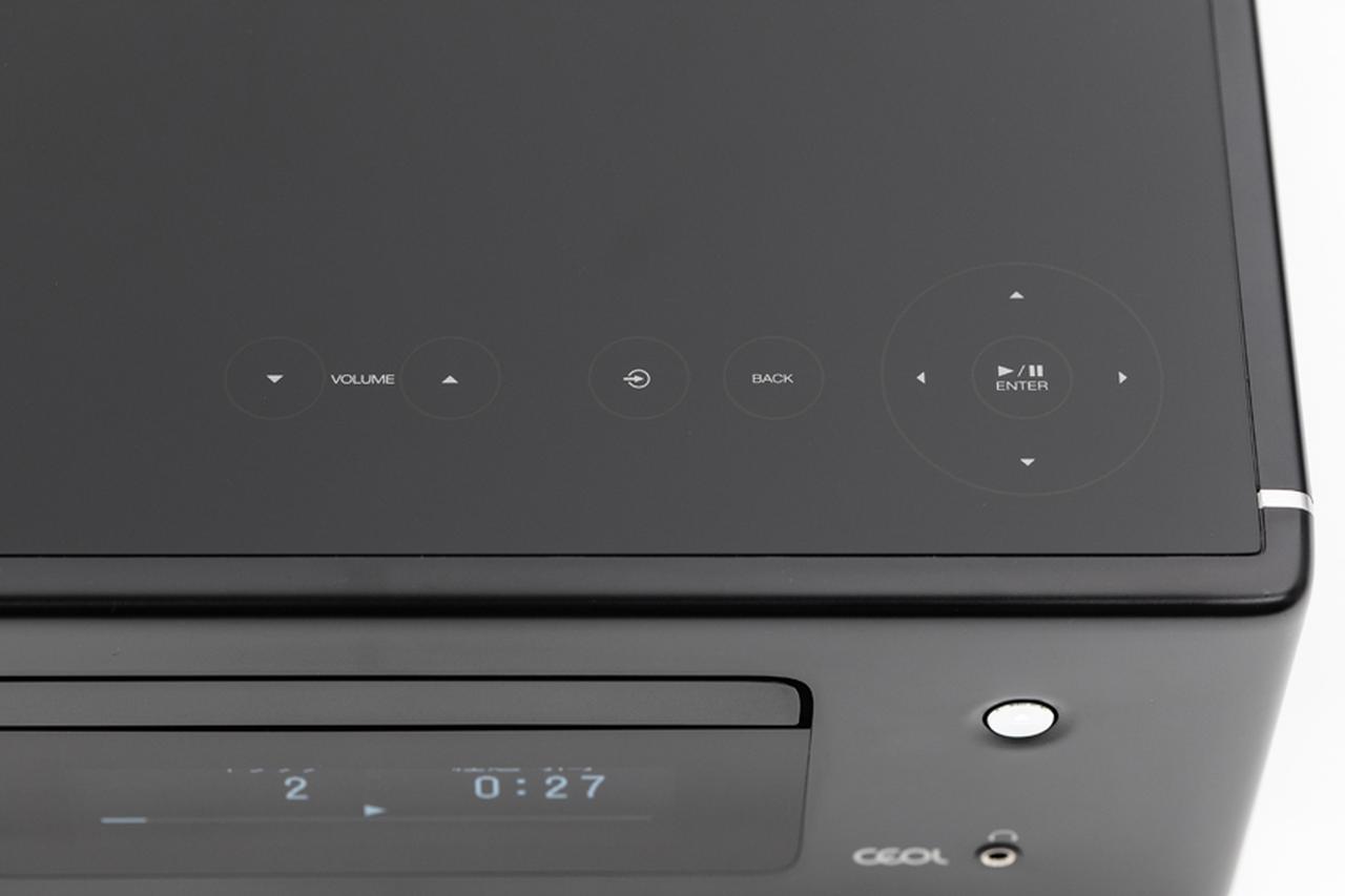 画像: 操作ボタンは本体の天面に配置。タッチセンサー式で、見た目もシンプルかつモダンに仕上がっている。質感の高さが魅力だ。