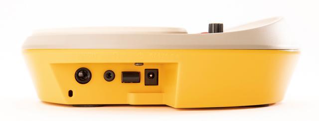 画像: ヘッドホン端子、外部出力、電源スイッチ、DC9Vアダプター端子を装備。オーディオや外部アンプから音を出すこともできる。