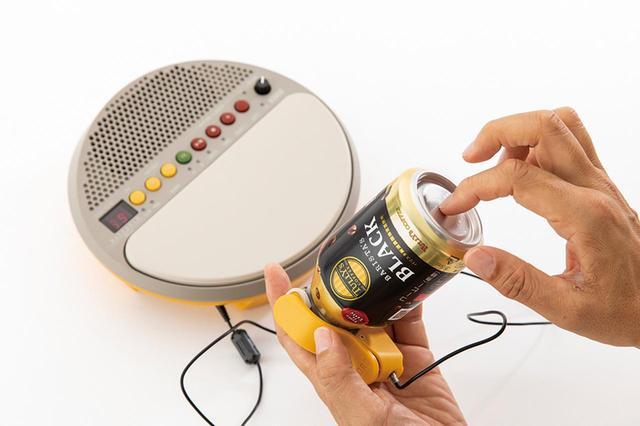 画像: センサークリップをコーヒー缶に取り付けて、外部パーカッションとして使う。紙コップや机など、素材を変えると音色も変化する。