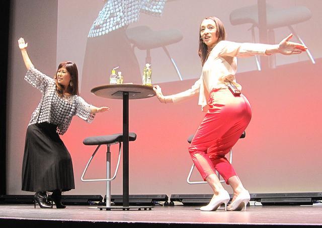 画像: 本橋恵美さん(左)と室伏由佳さん(右)は、どこでもできる簡単なエキササイズを紹介。やってみると意外とキツイ。